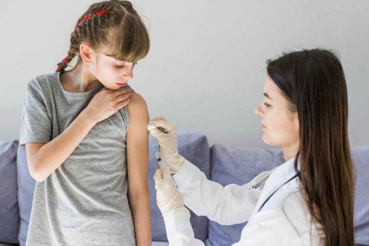 Diretores de Saúde britânicos recomendam vacinação de crianças com 12 a 15 anos